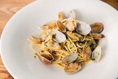 3月のマンスリーパスタ〜アサリと生ノリのアーリオオーリオ〜 生海苔の香りとガーリックの風味がマッチして余すことなく食べたくなるパスタです。 旬のアサリをふんだんに使用しています。 春を感じながらお召し上がりください!!