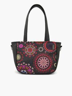 Ragyogóan színes mandalákat álmodtam fekete alapra ennél a táskánál. A szép kis mandala körök tökéletesen harmonizálnak a táska alakjával, amely különleges és nagyon dekoratív darab. City-bag 51 női táska