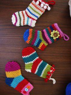 [Free Pattern] These Little Christmas Socks Are Fabulous Ornaments