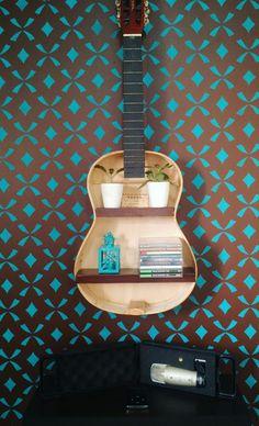 Meu projeto de férias terminou e eu consegui deixar um cantinhocda minha sala do meu jeito.    #Guitar #shelf #Stencil #wall #Blue and #Brown #Project