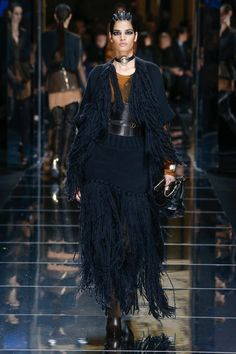 Balmain Fall 2017 Ready-to-Wear collection, runway looks, beauty, models, and reviews.