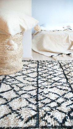 deco maroc rustique | Le bois de la commode s'accorde avec le rose de ce tapis marocain