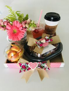 Honey Shop, Candy Bouquet, Design Crafts, Gift Baskets, Girl Birthday, Gift Wrapping, Diy And Crafts, Lunch Box, Valentines