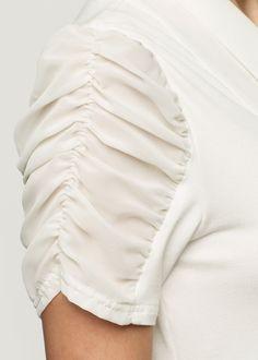 Veja agora:Esta é dedicada às mulheres que amam adicionar um ponto de romantismo no visu! Blusa manga curta de corte reto, com mangas transparentes, franzidas e levemente bufantes e um laço frontal no decote em V. Dica: Perfeita para ir ao trabalho, esta blusa empresta o ar feminino em seu visual queria. Versátil, pode ser combinada com saias ou calças larguinhas que por exemplo, pedem algo para equilibrar o visual.