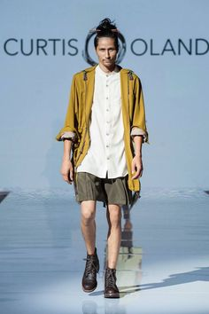 Tonalidades mostaza y colores neutros aparecen como protagonistas de la colección Spring-Summer 2017 de Curtis Oland en la semana de la moda de Toronto