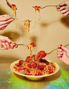 Foto de varias mano comiendo arroz. Food Photography Styling, Beauty Photography, Food Styling, Photography Aesthetic, Photography Poses, Food Design, Recipe Icon, Photo Food, Base Foods