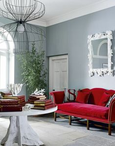 Ein Spiegel Mit Weißer Rahmen, Rotes Sofa, Weißer Tisch, Ausgefallener  Lampenschirm, Welche