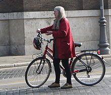 Mary Beard. Es una académica inglesa especializada en estudios clásicos.  Catedrática en la Universidad de Cambridge y profesora de literatura antigua de la Royal Academy of Arts. Destaca por sus trabajos de divulgación histórica. Premio Princesa de Asturias de Ciencias Sociales, 2016.