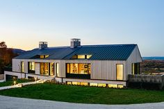 As the name suggests, the Hilltop House sits at the crest of a rolling hill overlooking Georgian Bay. It takes advantage of the spot by burying its second level in the ground, making it appear as if it's a simple...