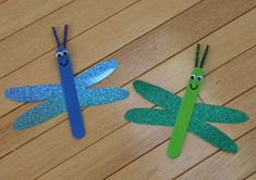 Dragonfly craft for kids. Use our printable template and simple instructions to make this cute dragonfly craft. Also, check out the rest of our pond crafts for kids. Lolly Stick Craft, Popsicle Stick Crafts, Craft Stick Crafts, Preschool Crafts, Popsicle Sticks, Craft Foam, Insect Crafts, Bug Crafts, Camping Crafts