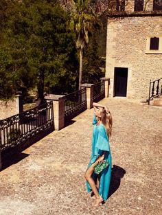 Architecture coloniale, robe bleue