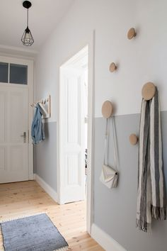 Beautiful modern and Scandinavian inspired entryway with a half-painted wall and some wooden coat hooks. Flur ♡ Wohnklamotte Beautiful modern and Scandinavian inspired entryway with a half-painted wall and some wooden coat hooks. Half Painted Walls, Half Walls, Two Tone Walls, Decoration Hall, Hall Wall Decor, Hallway Decorations, Wooden Coat Hooks, Coat Hooks Hallway, Wooden Wall Hooks