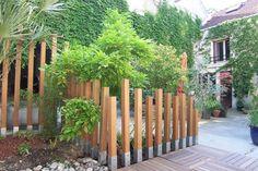 Idée : pour une bordure basse de massif : mettre poteaux plus bas et les peindre en noir ou autre couleur qui fait joli contraste avec le zinc Diy Backyard Fence, Fence Landscaping, Garden Fencing, Garden Art, Back Gardens, Outdoor Gardens, Jardin Decor, Exterior, Fence Design