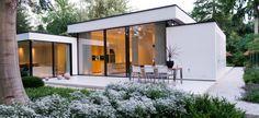 http://leemwonen.nl/interieur-i-binnenkijken-binnenkijken-bij-een-bijzondere-bungalow-van-boxxis-architecten/ #bungalow #modern #white #transparant #architecture #architectuur #interior #interiordesign #glazenpui #terras #interieur #outdoor #exterior #exterieur #garden #tuin #terrace www.boxxisarchitecten.nl