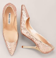 Manolo Blahnik classic rose gold sequined pumps ~ These are so gorgeous. Dream Shoes, Crazy Shoes, Me Too Shoes, Rose Gold Wedding Shoes, Bridal Shoes, Rose Gold Heels Wedding, Green Wedding, Sapatos Manolo Blahnik, Designer Shoes