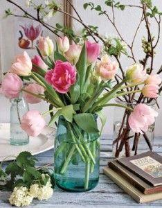 Maar niet alleen buiten gaan we weer richting de lente. We kunnen de lente ook weer naar binnen halen. De tulpen liggen namelijk weer in de winkels.