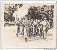Le peloton d'éléves gradés du BEP défilant sur le boulevard Francis Garnier (Indochine) derrière les lieutenants Stien et Faulques.