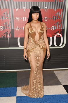 "Nicki Minaj from 2015 MTV Video Music Awards Red Carpet Arrivals Ow ow! The ""Anaconda"" singer shows some skin in this super-sheer, boob-baring gold gown. Nicki Minaj Fotos, Nicki Minaji, Nicki Minaj Anaconda, Celebrity Red Carpet, Celebrity Style, Celebrity Dresses, Miley Cyrus, Gold Gown, Gold Dress"
