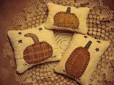 Primitive Autumn, Primitive Crafts, Primitive Pumpkin, Halloween Pillows, Halloween Crafts, Fall Halloween, Quilting Projects, Sewing Projects, Fall Pillows