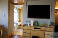 """46"""" LED TV und Minibar - Check more at https://www.miles-around.de/hotel-reviews/hotel-bewertung-ritz-carlton-millenia-singapore/,  #Hotel #HotelBewertung #Luxus #Reisebericht #Ritz-Carlton #Singapur"""