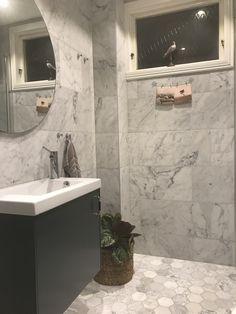 Bricmate Marmor U Hexagon Large Carrara honad mm Bricmate Marmor U Hexagon Large Carrara honad mm. Small Bathroom Decor, Bathroom Plans, Bathroom Interior, Small Bathroom Remodel, Shiplap Bathroom, Bathrooms Remodel, Modern Bathrooms Interior, White Bathroom Cabinets, Contemporary Bathroom Designs