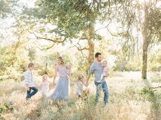 The lighting is gorgeous here! Katie Lamb is a lifestyle portrait photographer whose style is light and airy. Katie Lamb is based in Dallas/Fort Worth, Texas and specializes in seniors, couples, and families. Family Portrait Poses, Family Posing, Family Photo Outfits, Family Photo Sessions, Mini Sessions, 6 Photos, Family Photos, Spring Family Pictures, Spring Photography
