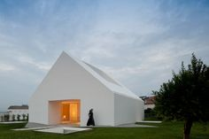The sleek, modern, and minimal whited-out house designed by architect, Manuel Aires Mateus, features an indoor-outdoor experience where one can look down into a room's. Architecture Résidentielle, Minimalist Architecture, Contemporary Architecture, Sustainable Architecture, Habitat Groupé, Simple House Design, Roof Design, Modern Buildings, Minimalist Home