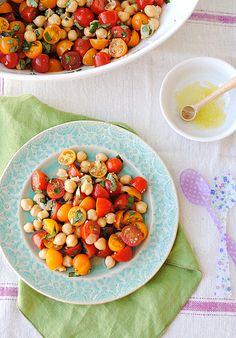 ~Salade tomates pois chiches basilic~ •2 pintes de tomates cerises coupées en deux •1 boite de pois chiches, égouttés et rincés •1 poignée de basilic frais, haché •3 gousses d'ail, hachées •1 c.a.s de vinaigre de vin •1 c.a.s de vinaigre de cidre •2 c.c d'huile d'olive •1/2 cc miel •1 pincée  sel de mer