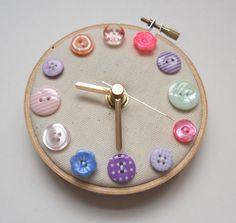 Pastel Flowers Mini Wall Clock von themasonbee auf Etsy
