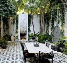 Chão, as cadeiras em ferro forjado e as plantas...