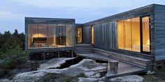 SMAL OG SMART: Som beskyttelse mot vinden har hytta fått et lunt lite atrium i midten med atkomst fra vest. Foto: Kim Müller