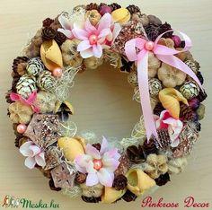Kopogtató rózsaszín (21 cm) KÉSZTERMÉK (pinkrose) - Meska.hu Burlap Wreath, Wreaths, Diy, Home Decor, Bricolage, Room Decor, Do It Yourself, Garlands