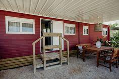 Mobil Homes en alquiler en el camping situado en primera línea de mar, en la Costa Dorada. Cinque Terre, Shed, Outdoor Structures, Outdoor Decor, Home Decor, Beach Feet, El Dorado, Decoration Home, Room Decor