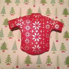We used our Scandi Snowflakes cake stencil to decorate this gingerbread jumper. You can see how to do this on the Projects section of our website: http://www.cakecrafting.co.uk/section.php/40/1/projects/3fbf512f8a4bf50ee84f687f01e0772f