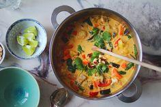 Rød thaisuppe m. blomkål & tofu — Happy food stories