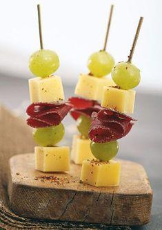 Parfait pour l'apéro, la brochette apéritive avec du fromage et de la charcuterie #charcuterie #jambon #fromage #raisin #brochette #apero #aperitif #dinatoire #marmiton #recette #cuisine