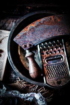 Pour personnaliser la cuisine, pensez aux vieux ustensiles rouillé ! Très facile à trouver en brocante ils nous font remonter dans le temps #cuisine #ustensiles #rouille