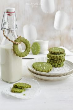 Matcha (green tea) sea salt cookies Ingredients: 1 cup all-purpose flour, plus more for dusting 1 tablespoonful matcha cup unsalted butter, softened cup confectioner sugar (more if you use a very good quality matcha) 1 egg yolks sea salt for sprinkles Green Tea Cookies, Milk Cookies, Cookies Et Biscuits, Shortbread Cookies, Sugar Cookies, Matcha Cookies, Tea Biscuits, Food Design, Sweets
