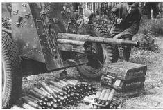 Pak capturé par les troupes Russes. A noter, le nombre d'obus au sol, le nom de baptême sur la glissière du tube.