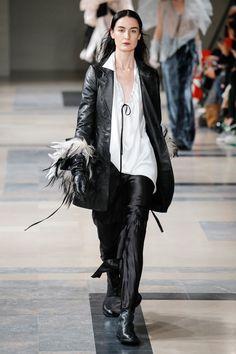 Ann Demeulemeester Fall 2017 Ready-to-Wear Fashion Show - Erin O'Connor