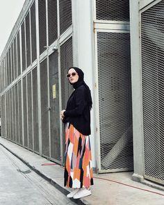 Artık etek, hep etek 🌪bir önceki postta giydiğim etekteki gibi yağmura tutulmadan söyliyim bu etekli takıma caaaanıım @morcivert.design… Modern Hijab Fashion, Street Hijab Fashion, Muslim Fashion, Modest Fashion, Fashion Outfits, Womens Fashion, Hijab Outfit, Girl Hijab, Hijab Stile