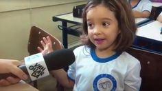 Menina dá entrevista no primeiro dia de aula