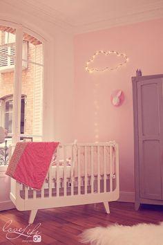 La jolie chambre bébé de Zoé - rose, pink, baby room, chambre bébé, déco, llit bébé, lapin papier, nuage lumineux, guirlande, cloud, bunny