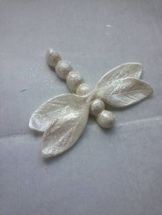 {This nice tutorial was created by Donna Tokazowski- Cake Hatteras, Hatteras N.} Quick and Easy Dragonfly Tutorial - CakesDecor Fondant Icing, Fondant Toppers, Fondant Cakes, Cupcake Cakes, Cake Decorating Techniques, Cake Decorating Tutorials, Fondant Flowers, Sugar Flowers, Dragonfly Cake