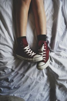 maroon hightop Converse - no way! I love these I wish I could have converse in every color! But I seriously want these! Sock Shoes, Cute Shoes, Me Too Shoes, Tenis Converse, Converse All Star, Red Converse, Converse Girls, Vans, Converse Style