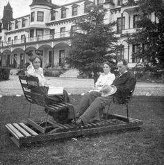 Les jumelles Dubois: Liliane et Gilliane, avec le juge Gagné, à l'hôtel Beemer, Roberval, juillet 1909.