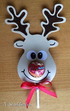 Que tal essa lembrancinha muito fofa de Natal? Basta recortar em eva ou papel colorido duas vezes a rena e encaixar o pirulito no meio, col...