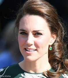 Fresh from a weekend of celebrations for Pippa's wedding in Bucklebury, the Duchess of Cambridge returned to duties today, joining the Queen and other members of the royal family for the Royal Horticultural Society's Chelsea Flower Show. May 2017 Duchess Kate, Duke And Duchess, Duchess Of Cambridge, Kate Middleton Hair, Princess Kate Middleton, Pippas Wedding, Kate And Pippa, Royal Dresses, Herzog