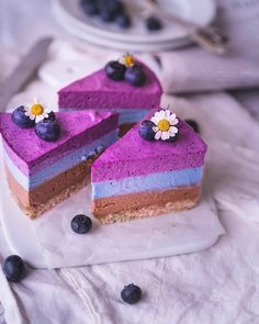 No-Bake blueberry, mint, and chocolate cake. Bbg, Healthy Vegan Desserts, Delicious Desserts, Crepe Suzette, Raw Cake, Raw Almonds, Cheesecake, Raw Chocolate, Sweets Cake