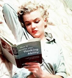 ★ Marilyn Monroe ♡ Old Hollywood ★ Marylin Monroe, Marilyn Monroe Books, Marilyn Monroe Photos, Maquillage Normal, Stars D'hollywood, Celebrities Reading, Photos Rares, Woman Reading, Norma Jeane